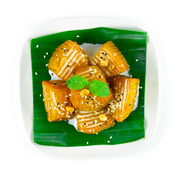 シロップトッピングのカボチャココナッツミルク、ピーナッツ、ゴマタイのデザートフュージョン料理のトップビュー