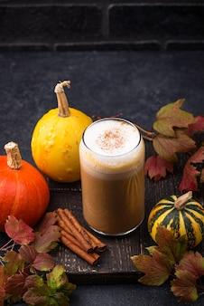호박 라떼 뜨거운 가을 음료