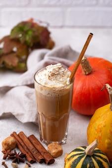 유리에 호박 라떼. 전통적인 따뜻한 가을 음료