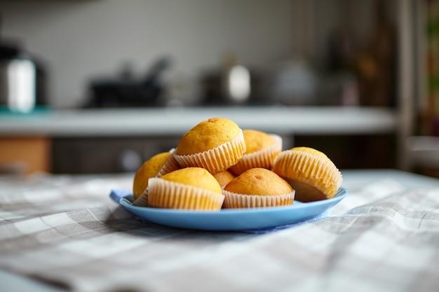 テーブルの上の青いプレート上のカボチャのマフィン、自家製ベーカリー、。植物ベースの食品