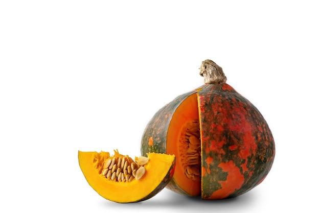 新鮮なオレンジ色の白い背景の上のカボチャ