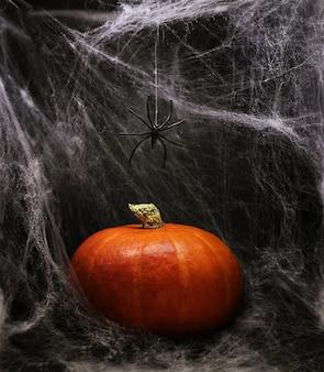흰색 거미줄 배경, 할로윈 디자인에 호박.