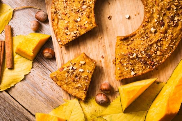 나무 배경에 호박 팬케이크입니다. 가을 음식