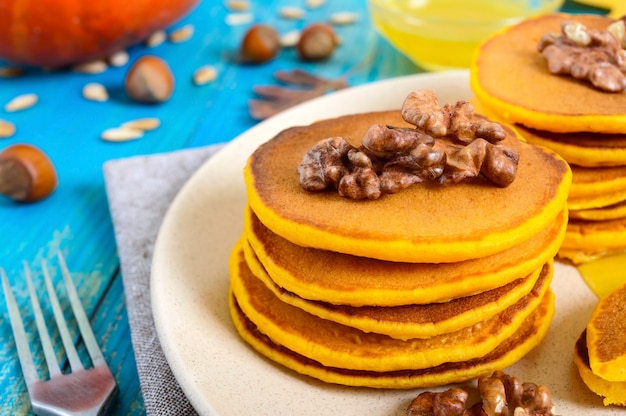 꿀과 호두를 곁들인 호박 팬케이크