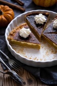 Тыквенный пирог свежеиспеченный домашний десерт нарезанный