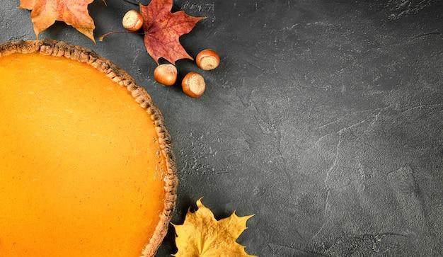 어두운 배경에 호박 파이, 헤이즐넛, 가을 잎