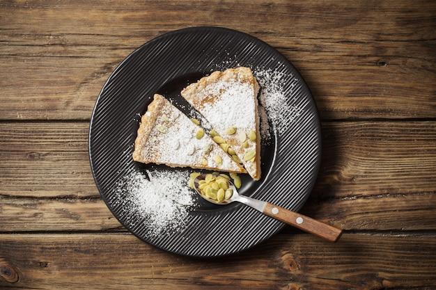 Тыквенный пирог на деревянном