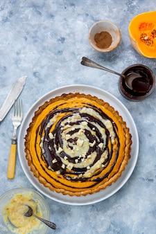 Тыквенный пирог. вид сверху сквош-тарт. домашняя осенняя еда. фон пекарни