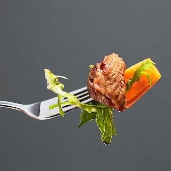 호박, 오리 고기 조각, 포크에 샐러드