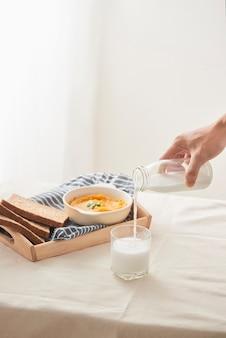 カボチャのピューレとコショウとパセリ。健康的な食事。