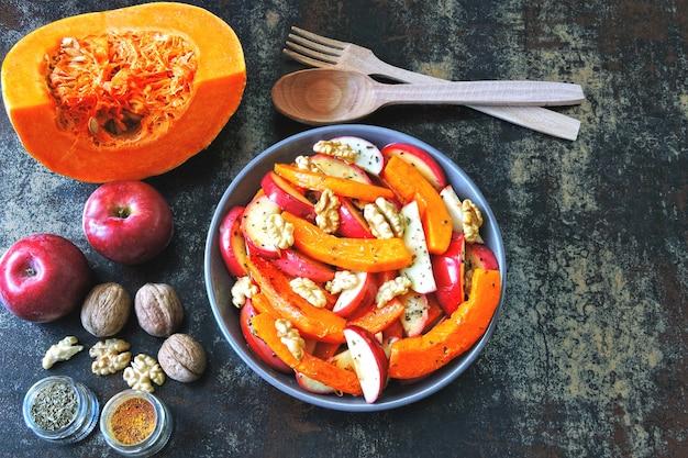 Салат из тыквы с яблоками и грецкими орехами. рецепт салата с тыквой и яблоками. веганский питательный тыквенный салат. здоровый яблочный салат с тыквой и орехами.