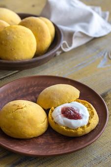 Тыквенные лепешки с кремом и фруктовым джемом
