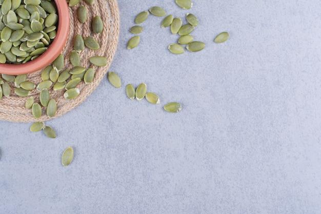 대리석에 삼발이에 그릇에 호박 씨앗.
