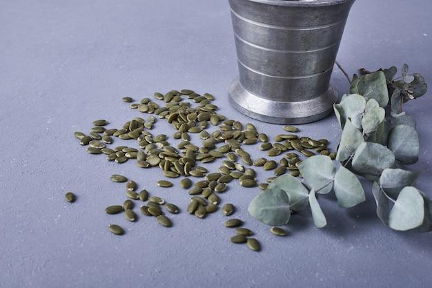 Семена тыквы на голубой земле.
