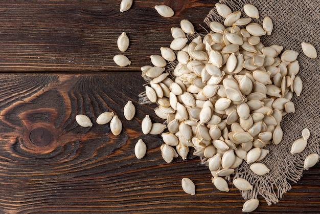 木製のテーブルの上のカボチャの種。