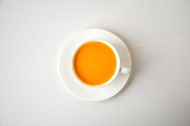 호박 스무디, 스파이스 라떼. 흰색 바탕에 흰색 컵에 술 칵테일입니다. 가을 제철 따뜻한 음료. 추수 감사절. 평면도