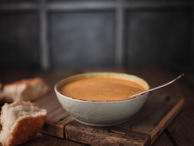 호박 수프와 빵 조각