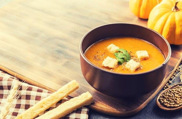 할로윈과 추수 감사절 파티를 위한 호박 수프. 수확 및 가을 시즌입니다. 겨울 휴가를 위한 음식.