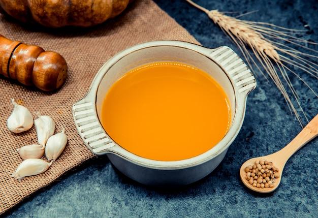 ハロウィーンと感謝祭のパーティーのためのカボチャのスープ