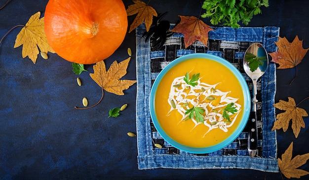 ボウルにパンプキンスープパセリとカボチャの種を添えてください。ビーガンスープ