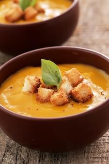 ボウルにカボチャのスープ