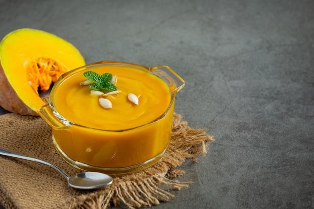 Тыквенный суп в стеклянной миске положите на ткань мешка