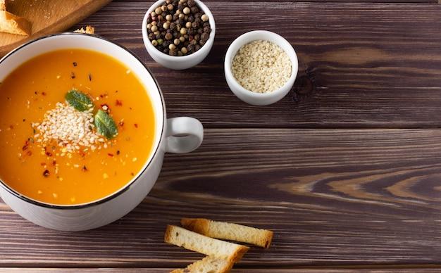 テーブルの上のカボチャのスープ