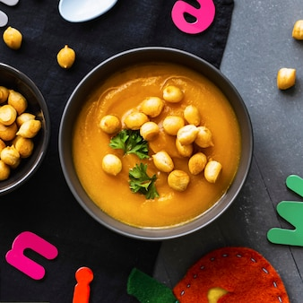 Zuppa di zucca, bignè di piselli, cibo sano per bambini