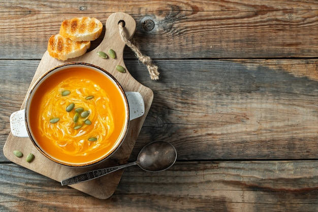 Тыквенный суп с гренками и сливками.
