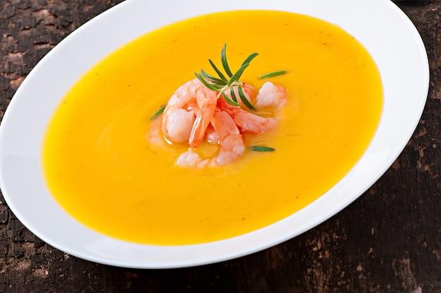 Тыквенный суп с креветками и розмарином