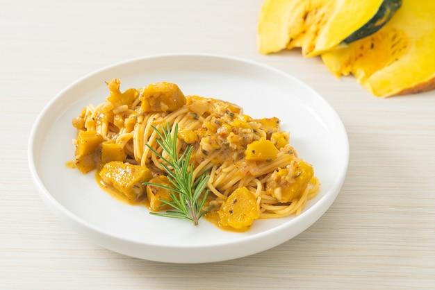 Тыквенные спагетти паста альфредо соус - веганский и вегетарианский стиль питания