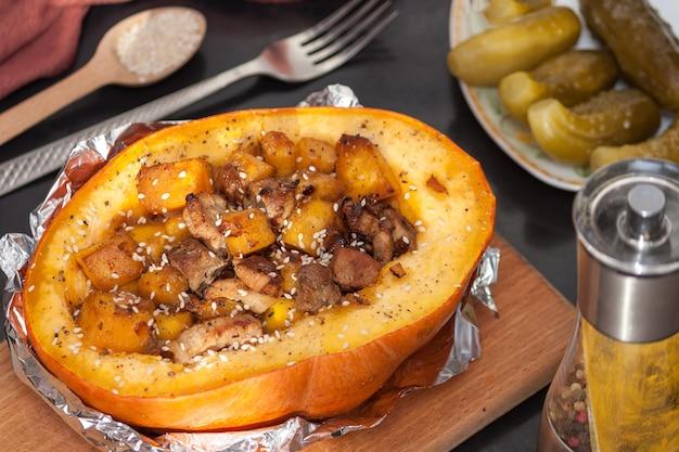고기와 야채로 채워진 호박. 건강한 먹는 개념.