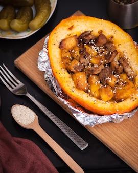 Тыква с начинкой из мяса и овощей. концепция здорового питания.
