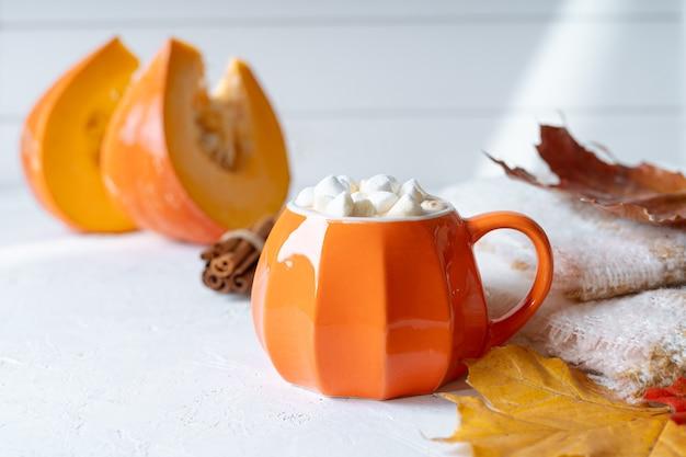 Чашка в тыквенном стиле с зефиром и опавшими листьями