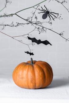 黒い紙の蜘蛛のdiyが上にあるカボチャ、黒い紙コウモリでいっぱいの怖いブランチ