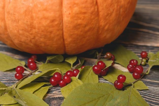 Тыква с ягодами на деревянном фоне