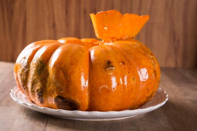 乾燥肉入りカボチャ(carne seca na moranga)-ローストカボチャの中にクリーミーなココナッツミルクソースを添えた乾燥肉。