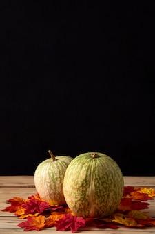 Тыква с листьями на деревянном столе