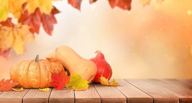 나무 테이블에 호박과 단풍, 가을 수확과 추수 감사절의 개념
