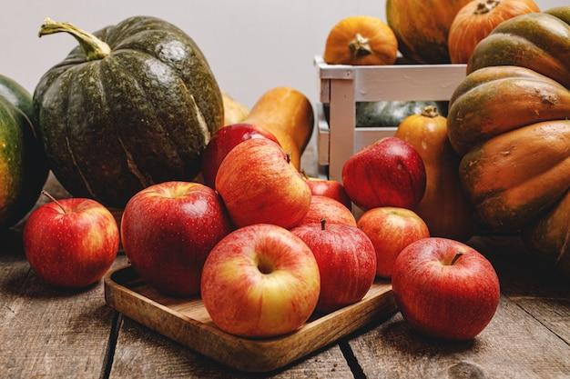 호박과 나무 바탕에 빨간 사과