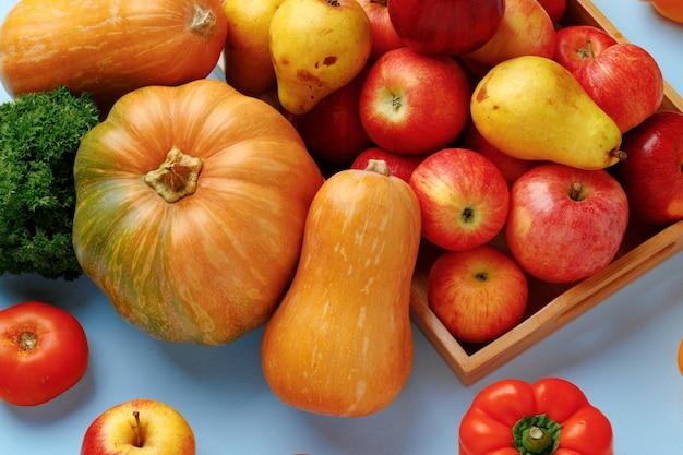Состав тыквы, яблок и болгарского перца на синем