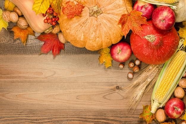 호박 사과 옥수수 견과류 열매와 추수 감사절을 위한 테이블 가을 구성에 나뭇잎