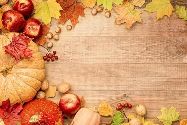 나무 배경에 호박, 사과, 견과류, 딸기, 단풍