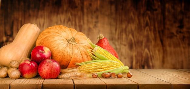 호박, 옥수수, 견과류, 밀, 사과 나무 탁자에 있는 수확, 추수 감사절 개념