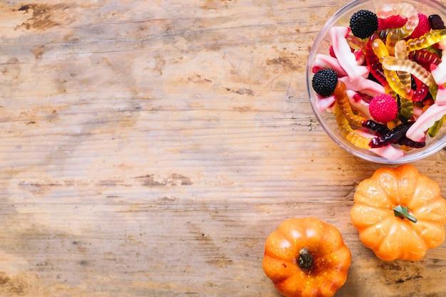 Zucche e marmellata d'arance sul tavolo di legno