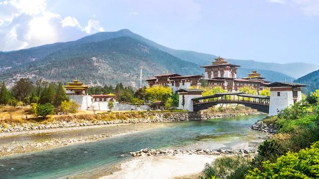 ブータン・アジアのpunakha dzong修道院と川を渡る橋