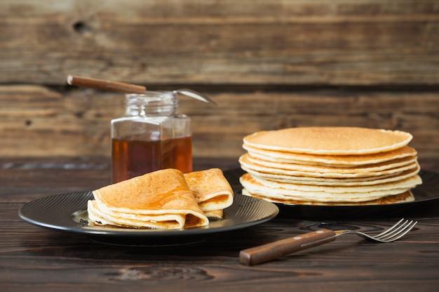 Пунктиры с медом и чашкой чая на старой деревянной стене
