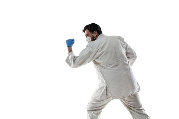 펀칭 바이러스. 보호 마스크와 장갑에 무술 전투기.