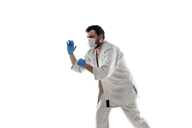 パンチングウイルス。保護マスクと手袋を着用した武道の戦闘機。