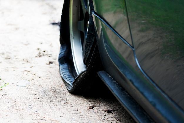 도로에 현대 자동차의 구멍이 뚫린 바퀴. 자동차 타이어 펑크